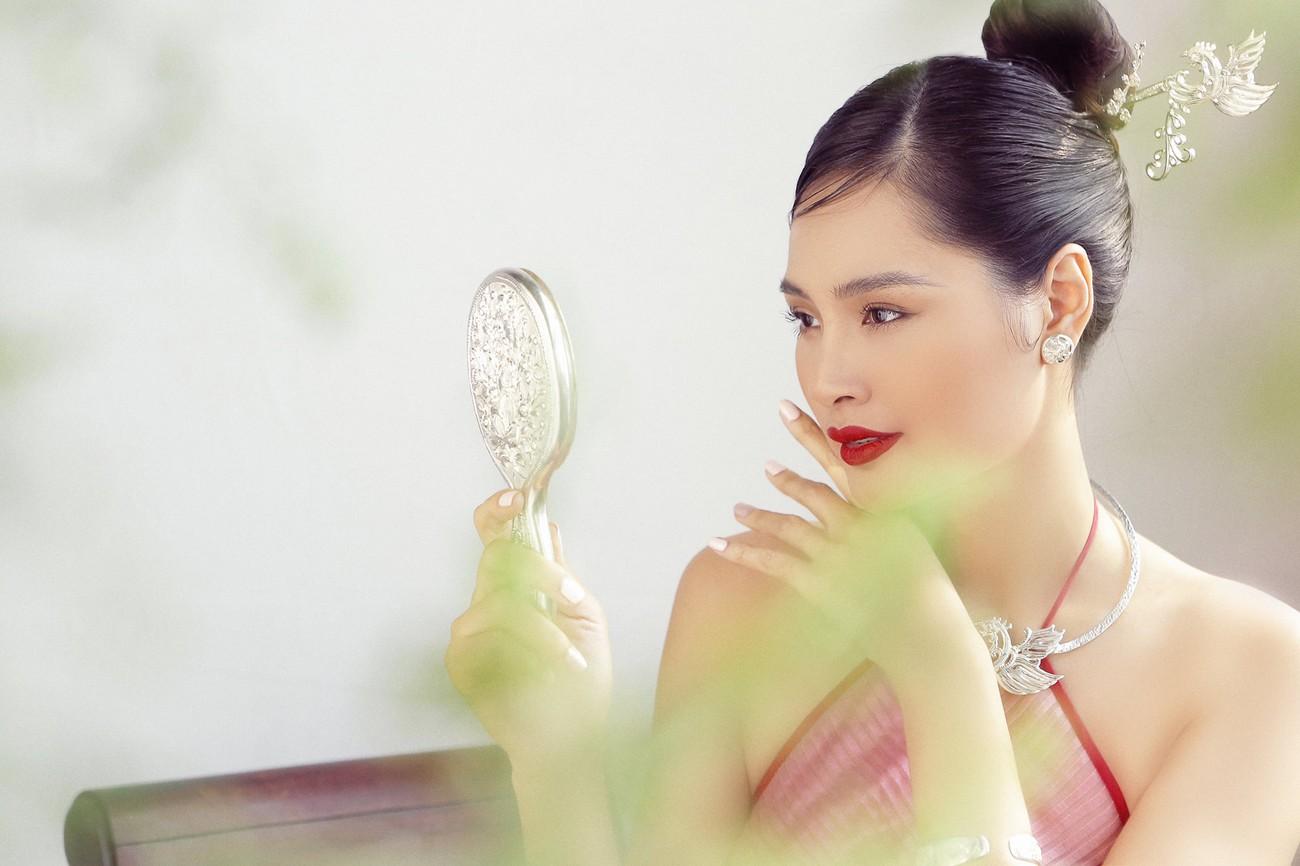 """""""Hoa hậu đẹp nhất châu Á 2009"""" Hương Giang đẹp gợi cảm hút hồn sau 11 năm kết hôn ảnh 9"""