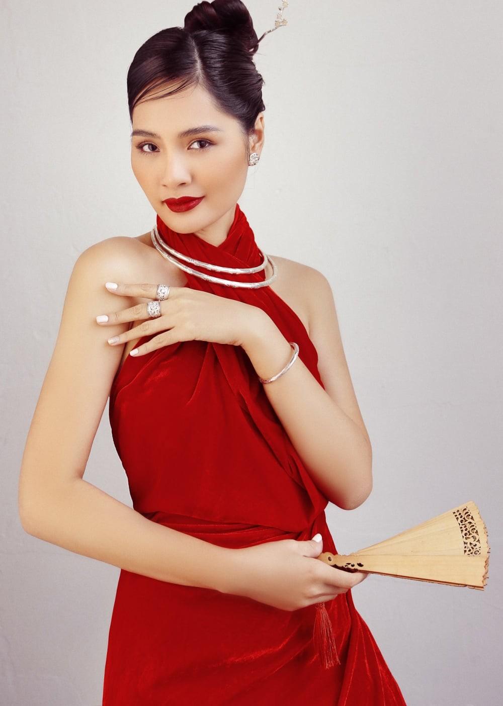 """""""Hoa hậu đẹp nhất châu Á 2009"""" Hương Giang đẹp gợi cảm hút hồn sau 11 năm kết hôn ảnh 1"""