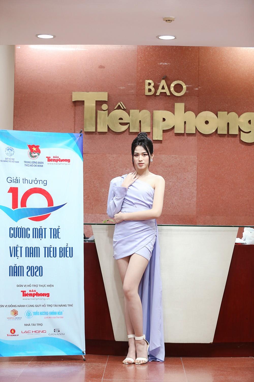 Hoa hậu Đỗ Thị Hà diện váy lệch vai khoe vóc dáng thon nuột ảnh 5