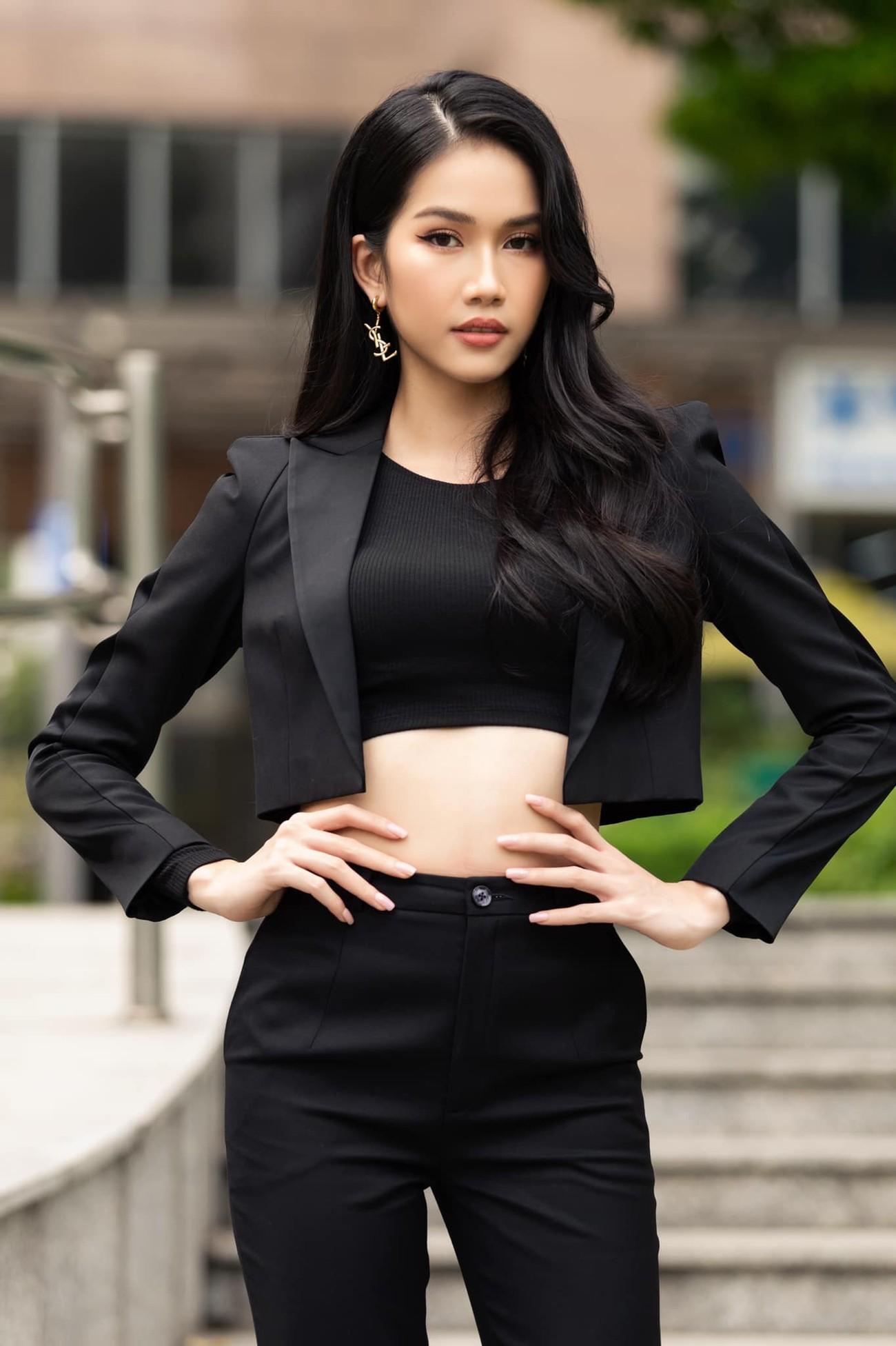 Á hậu Phương Anh mặc áo crop-top khoe vòng eo 'con kiến' ảnh 4