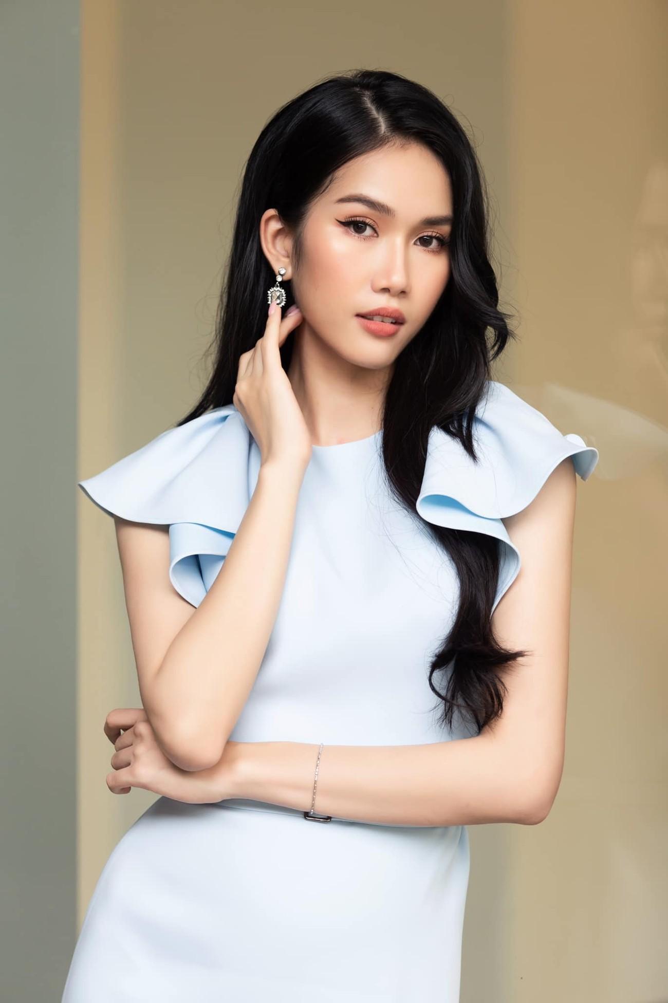 Á hậu Phương Anh mặc áo crop-top khoe vòng eo 'con kiến' ảnh 2
