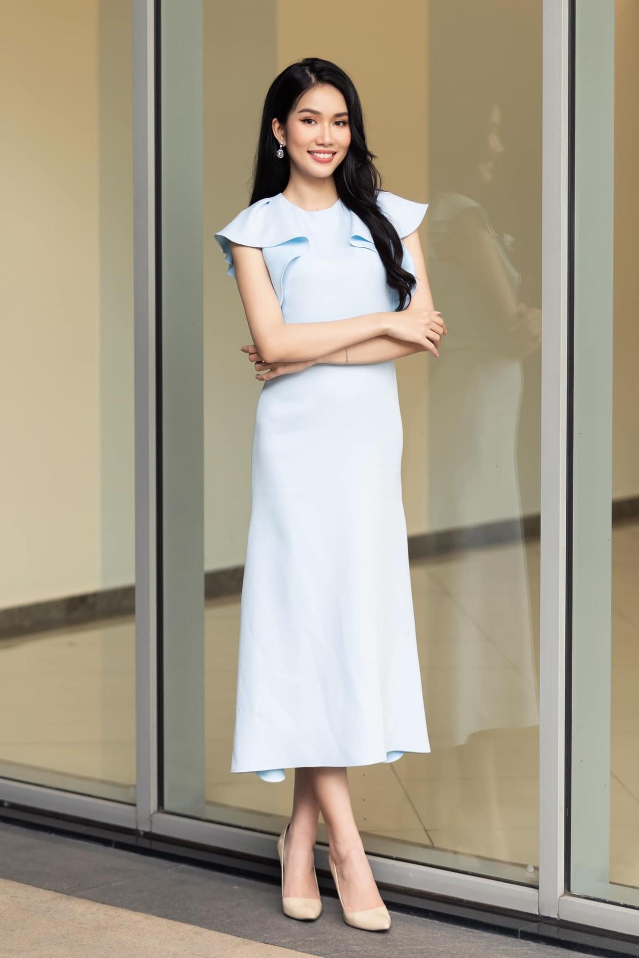 Á hậu Phương Anh mặc áo crop-top khoe vòng eo 'con kiến' ảnh 1