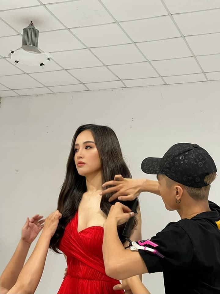 Hoa hậu Tiểu Vy mặc đơn giản vẫn đẹp hút hồn, Mai Phương Thuý diện váy cúp ngực nóng bỏng ảnh 3