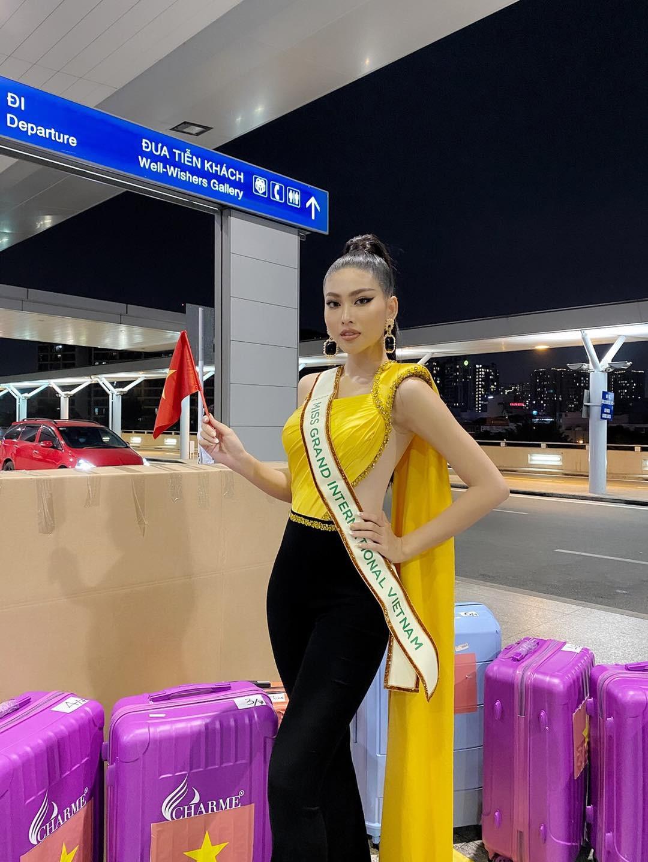 Mặc màu vàng 'phong thuỷ' ra sân bay sang Thái Lan, Á hậu Ngọc Thảo gây 'bão like' trên trang chủ Miss Grand ảnh 2