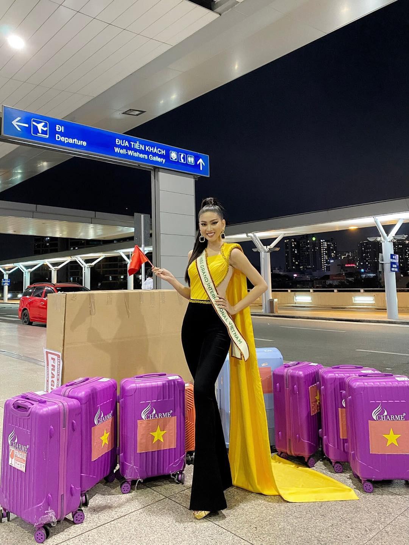 Mặc màu vàng 'phong thuỷ' ra sân bay sang Thái Lan, Á hậu Ngọc Thảo gây 'bão like' trên trang chủ Miss Grand ảnh 1
