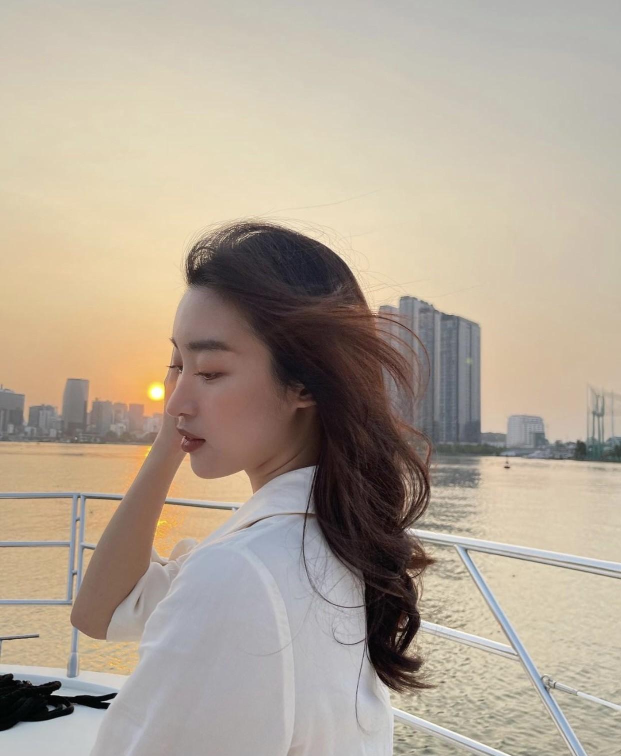Kiều Loan mặc váy cut-out đỏ rực nóng bỏng, Tiểu Vy khoe dáng quyến rũ trên du thuyền ảnh 5