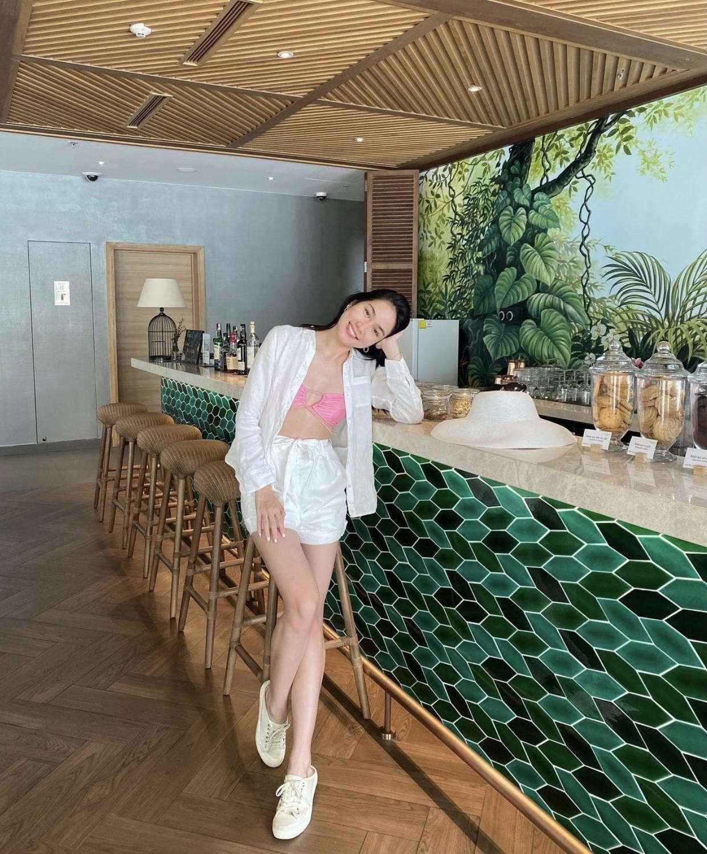 Á hậu Phương Anh mặc áo tắm sexy, Ngọc Thảo giản dị vẫn quyến rũ trong phòng cách ly ảnh 1
