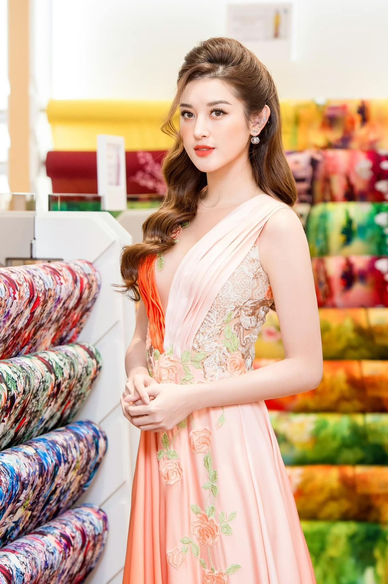 Đỗ Thị Hà mặc sơ-mi trắng giản dị xinh đẹp, Đặng Thu Thảo quyến rũ với váy lệch vai ảnh 8