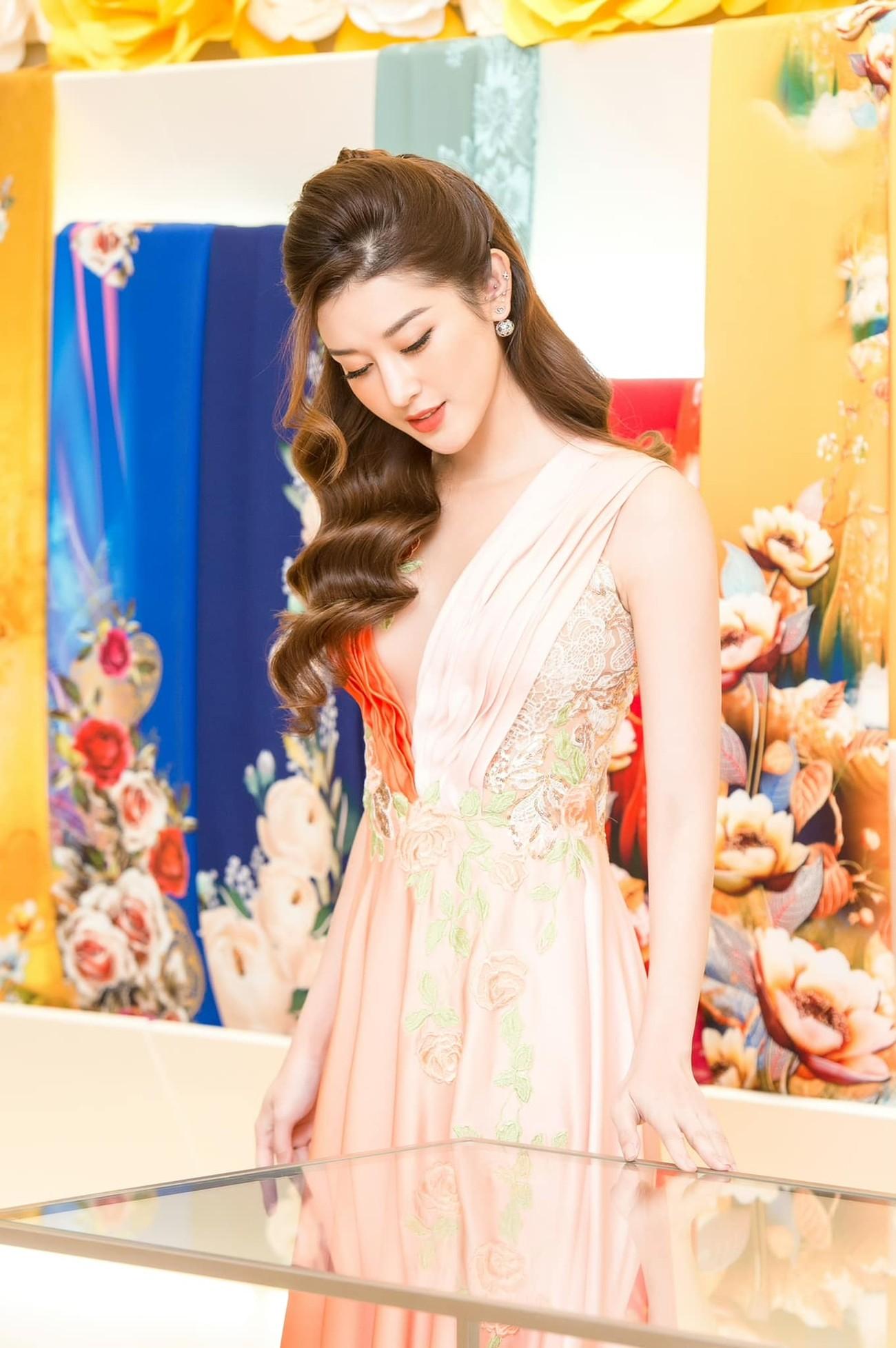 Đỗ Thị Hà mặc sơ-mi trắng giản dị xinh đẹp, Đặng Thu Thảo quyến rũ với váy lệch vai ảnh 9