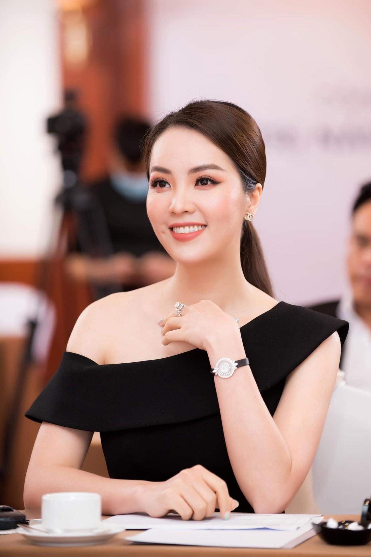 Đỗ Thị Hà mặc sơ-mi trắng giản dị xinh đẹp, Đặng Thu Thảo quyến rũ với váy lệch vai ảnh 11