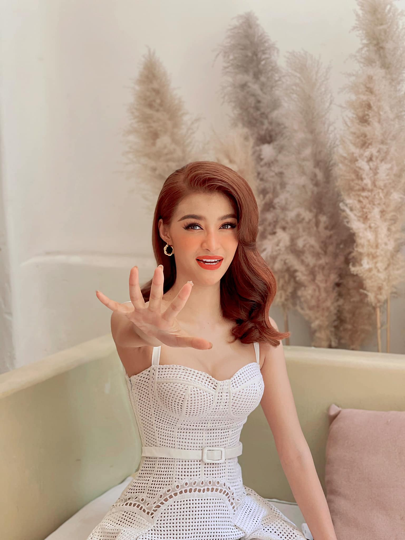 Á hậu Phương Anh đẹp tựa nàng thơ, Ngọc Thảo lên đồ sang chảnh uống cafe trong khu cách ly ảnh 9