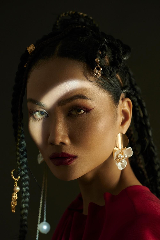 H'Hen Niê hóa thành 'Wonder Woman', truyền tải thông điệp về nữ quyền trong bộ ảnh 8/3 ảnh 8