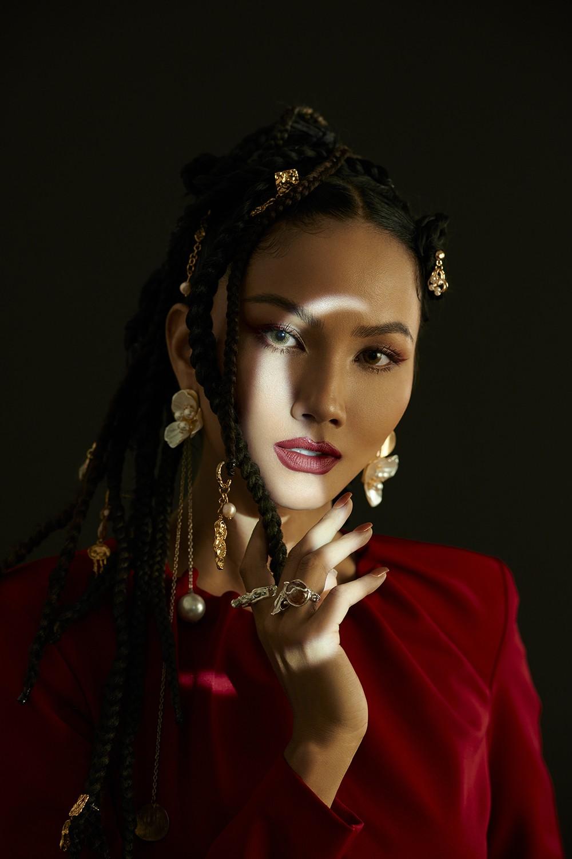 H'Hen Niê hóa thành 'Wonder Woman', truyền tải thông điệp về nữ quyền trong bộ ảnh 8/3 ảnh 7