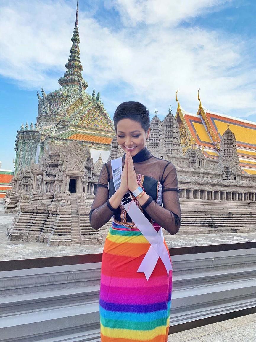 Mang váy lục sắc đi 'chinh chiến' quốc tế, Ngọc Thảo chiếm trọn spotlight ảnh 6
