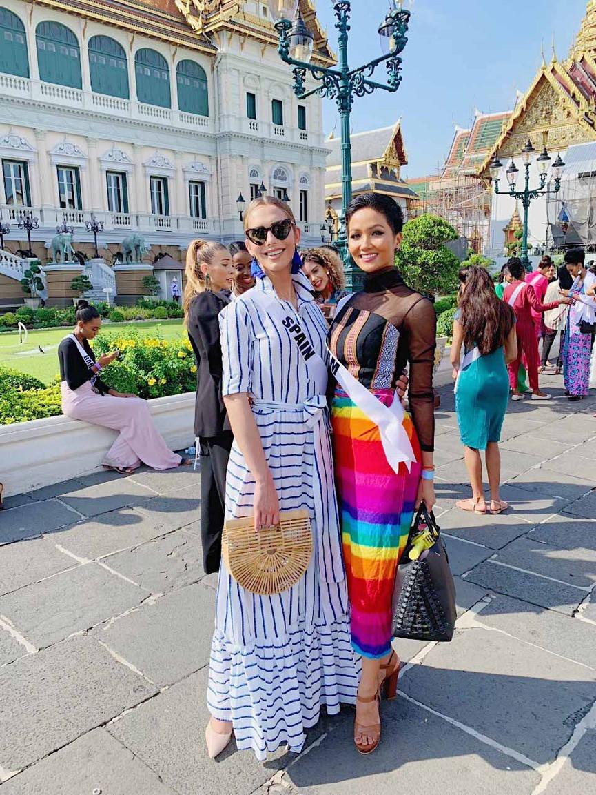 Mang váy lục sắc đi 'chinh chiến' quốc tế, Ngọc Thảo chiếm trọn spotlight ảnh 8