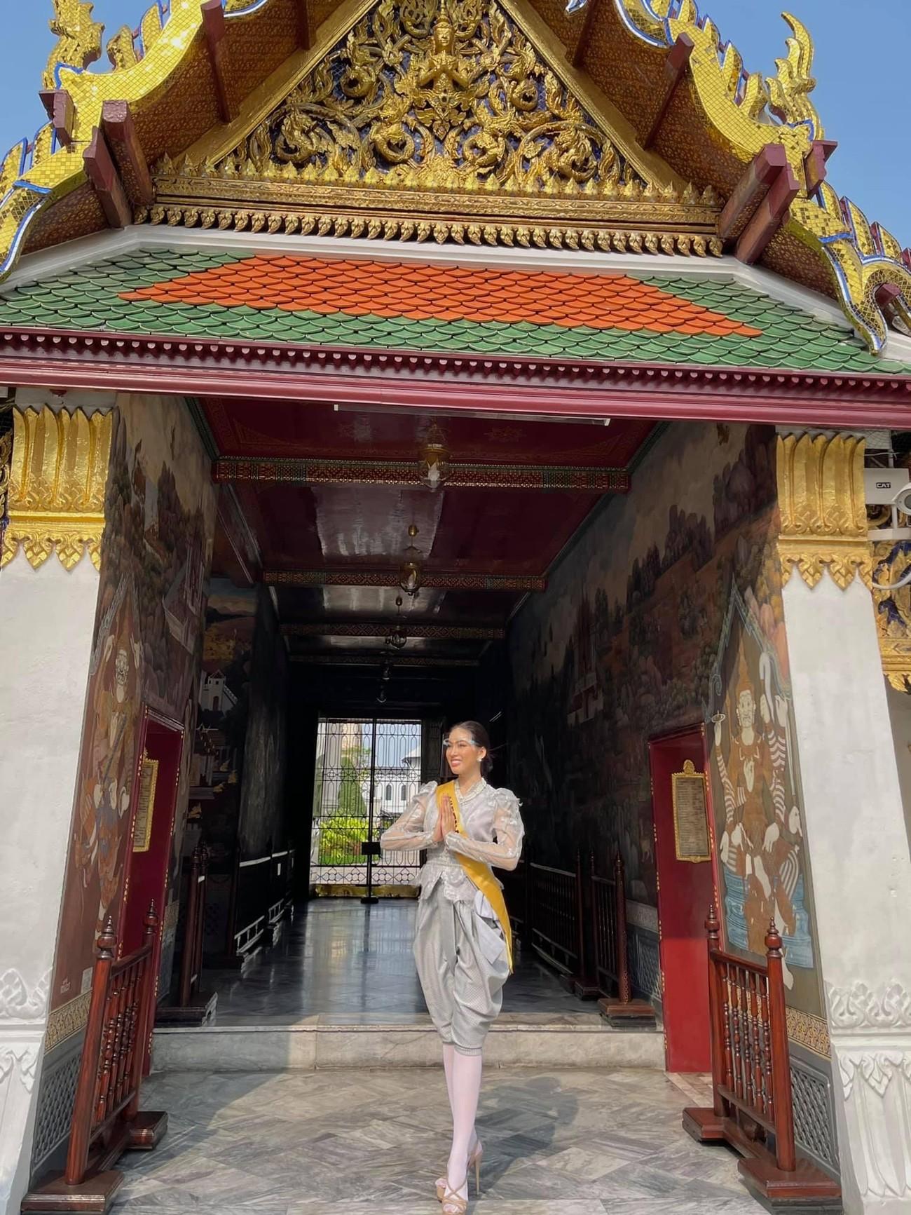 Ngày thứ 3 ở Miss Grand, Ngọc Thảo hoá gái Thái xinh đẹp đi vãn cảnh chùa Vàng ảnh 6