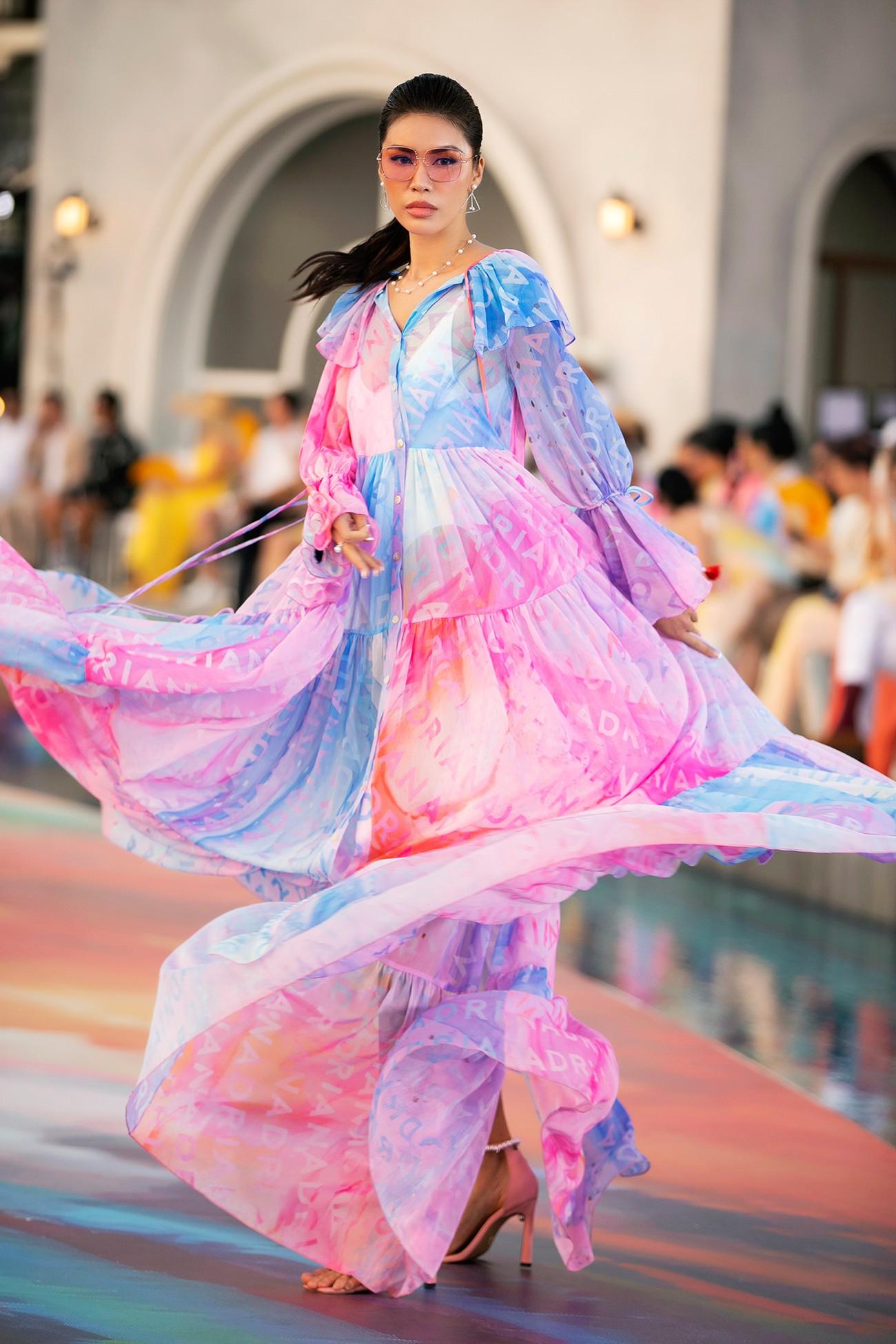 Đỗ Thị Hà diện váy cắt xẻ quyến rũ, đẹp tựa 'nàng thơ' khi catwalk ảnh 10