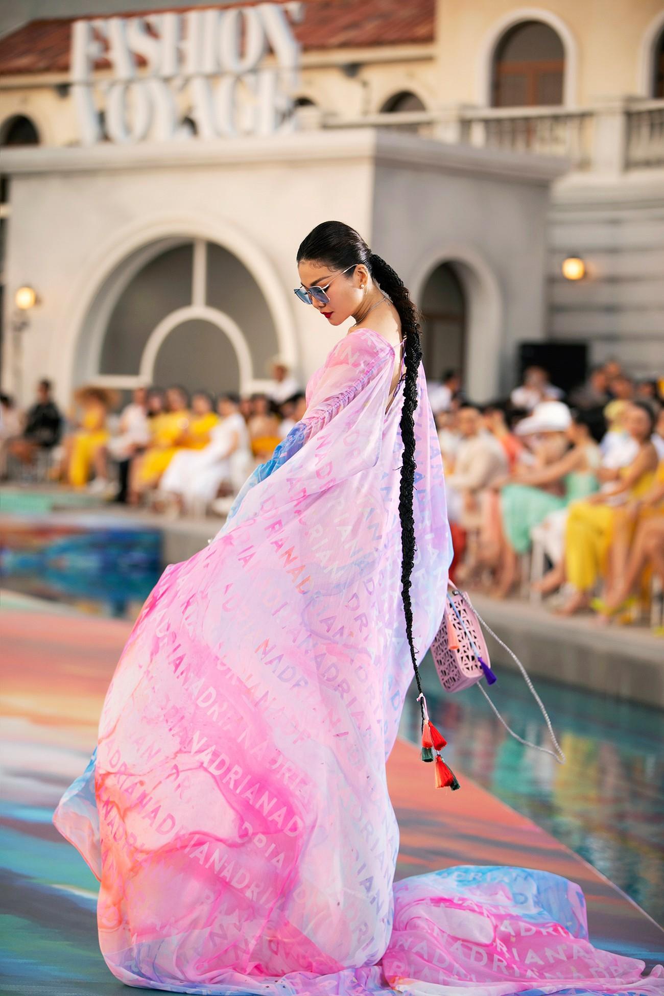 Đỗ Thị Hà diện váy cắt xẻ quyến rũ, đẹp tựa 'nàng thơ' khi catwalk ảnh 13