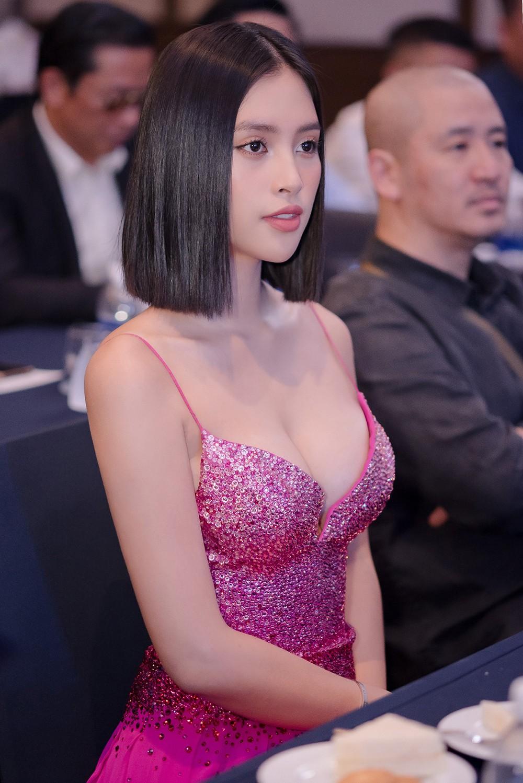 'Đụng' váy dạ hội xẻ táo bạo với Hoàng Thùy, Tiểu Vy vẫn ghi điểm bởi body nóng bỏng ảnh 10