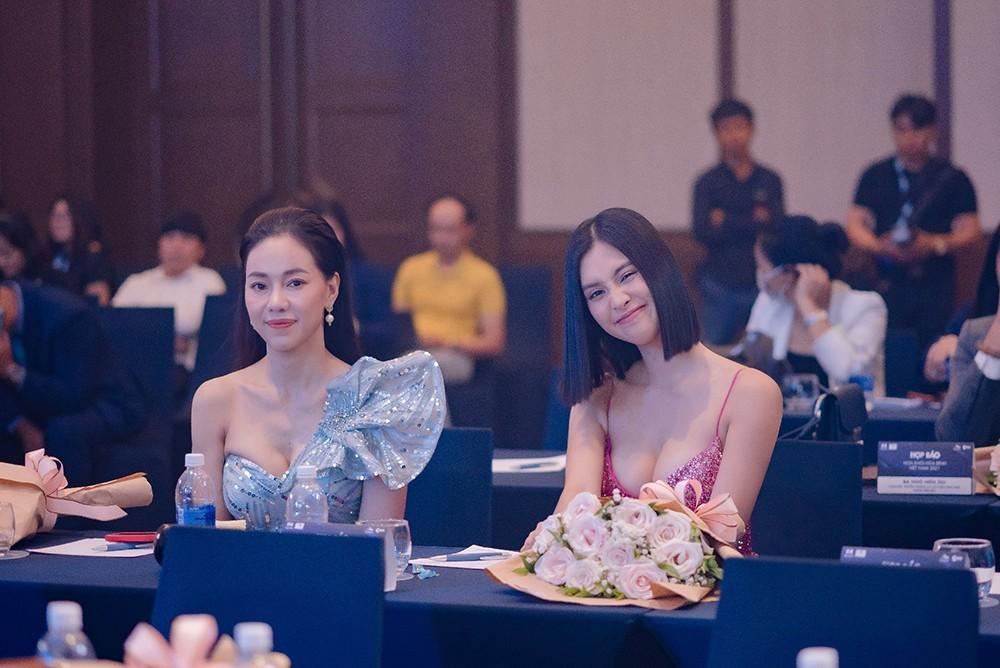 'Đụng' váy dạ hội xẻ táo bạo với Hoàng Thùy, Tiểu Vy vẫn ghi điểm bởi body nóng bỏng ảnh 7