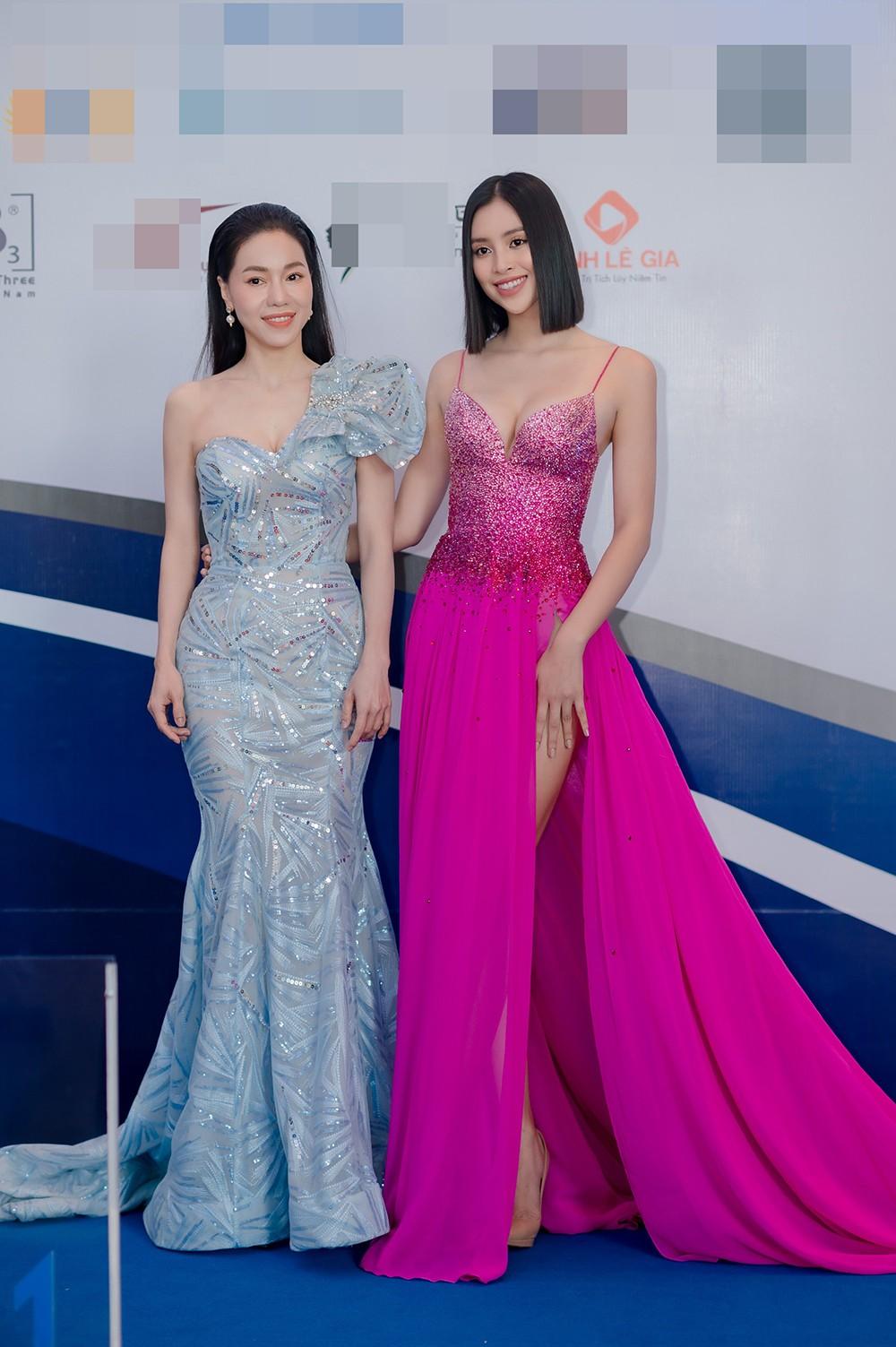'Đụng' váy dạ hội xẻ táo bạo với Hoàng Thùy, Tiểu Vy vẫn ghi điểm bởi body nóng bỏng ảnh 5