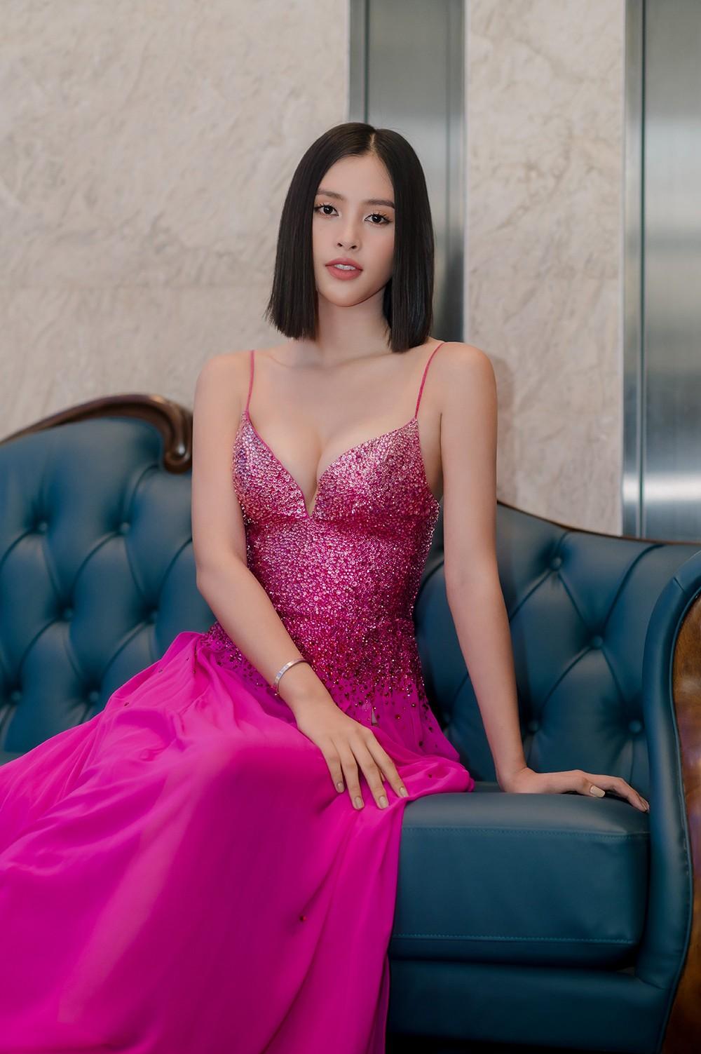 'Đụng' váy dạ hội xẻ táo bạo với Hoàng Thùy, Tiểu Vy vẫn ghi điểm bởi body nóng bỏng ảnh 11