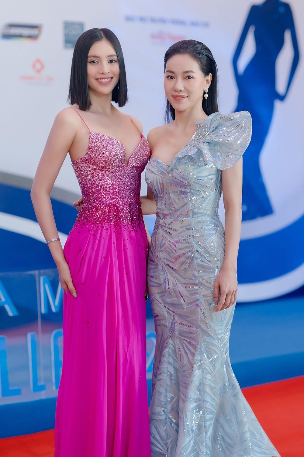'Đụng' váy dạ hội xẻ táo bạo với Hoàng Thùy, Tiểu Vy vẫn ghi điểm bởi body nóng bỏng ảnh 6