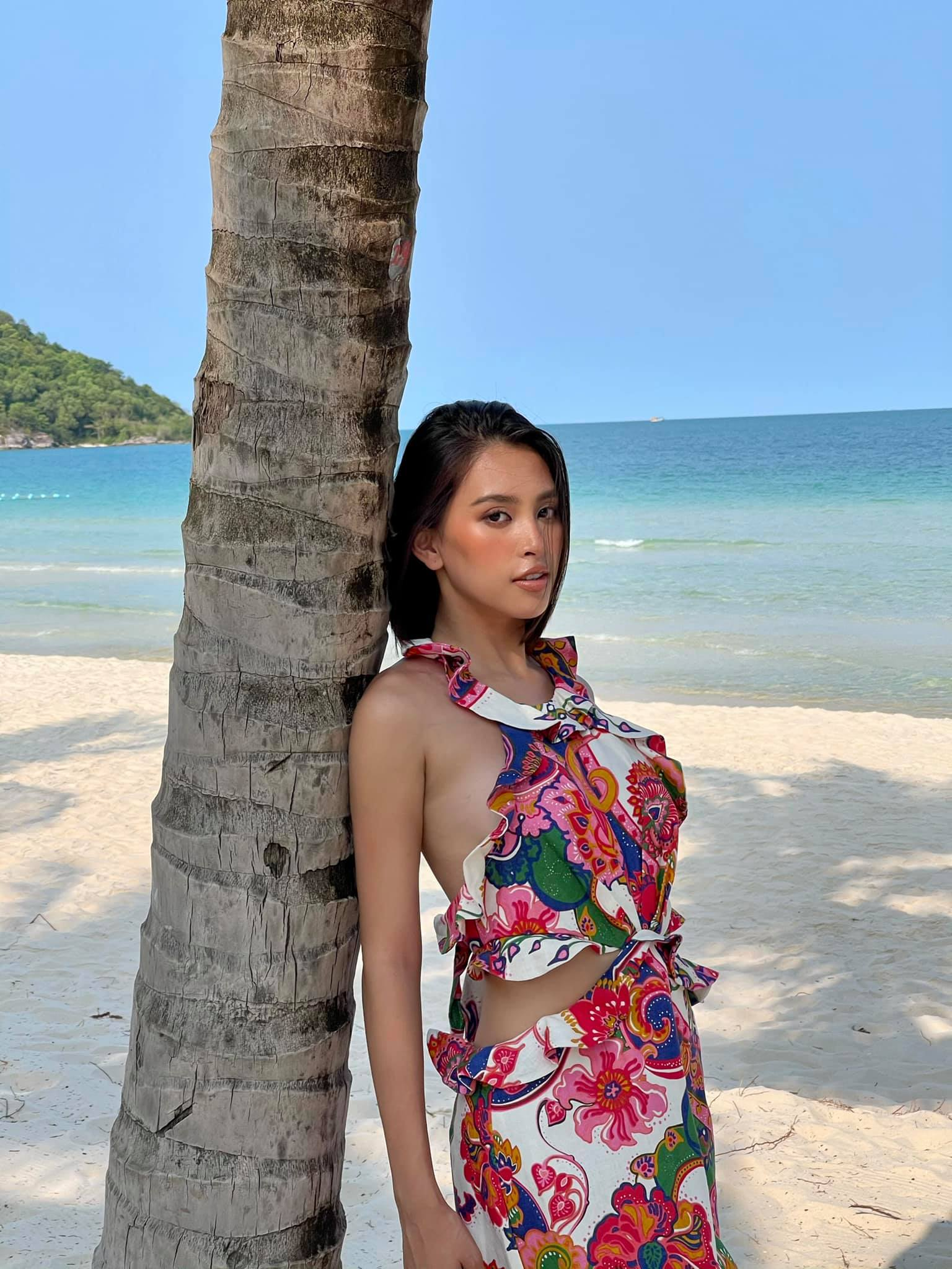 Đỗ Thị Hà đẹp lộng lẫy trong buổi chụp hình mới, Tiểu Vy khoe lưng trần sexy trước biển ảnh 5