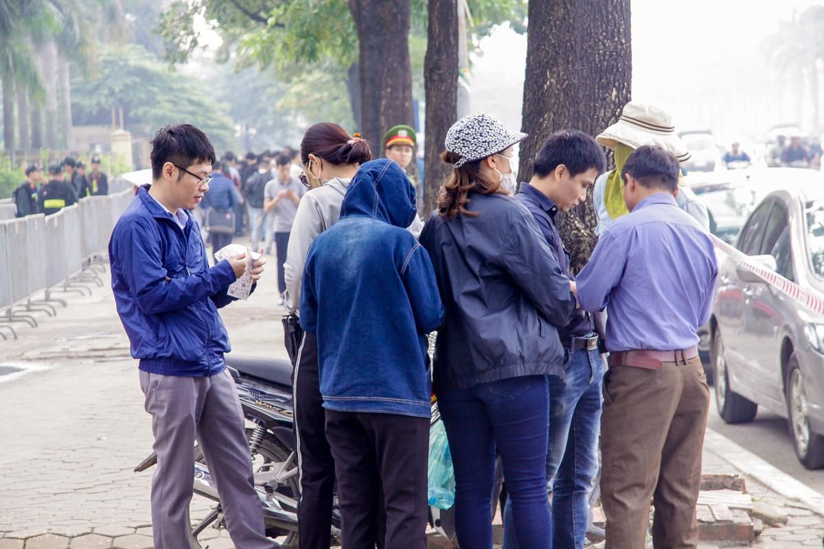 Phe vé tập trung trước cửa VFF, 'săn' vé từ người mua online ảnh 3