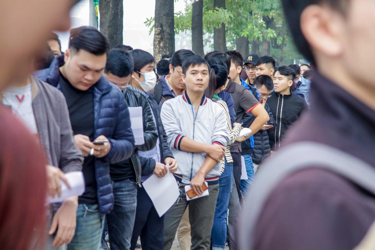 Phe vé tập trung trước cửa VFF, 'săn' vé từ người mua online ảnh 6