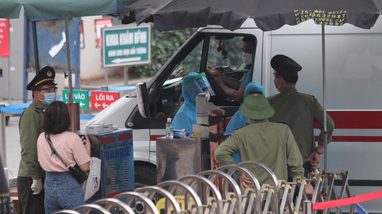 Bệnh viện Bạch Mai ngày đầu 'nội bất xuất, ngoại bất nhập' ảnh 1