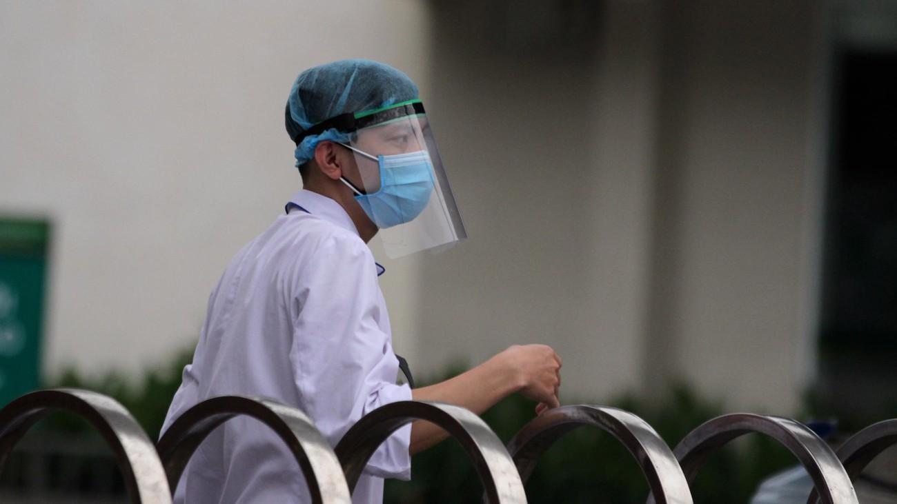 Bệnh viện Bạch Mai ngày đầu 'nội bất xuất, ngoại bất nhập' ảnh 3