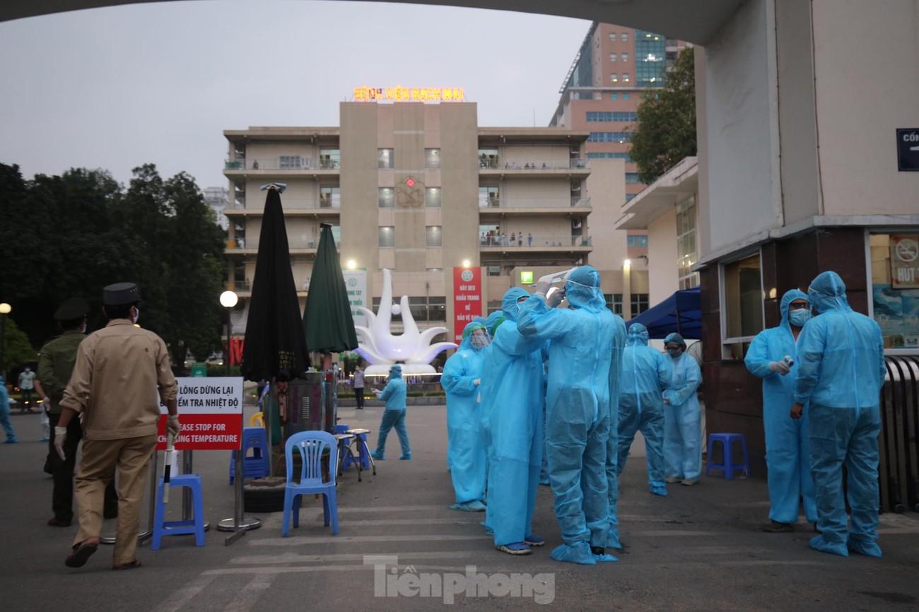 Binh chủng Hóa học huy động 10 phương tiện đặc chủng tẩy độc Bệnh viện Bạch Mai ảnh 10