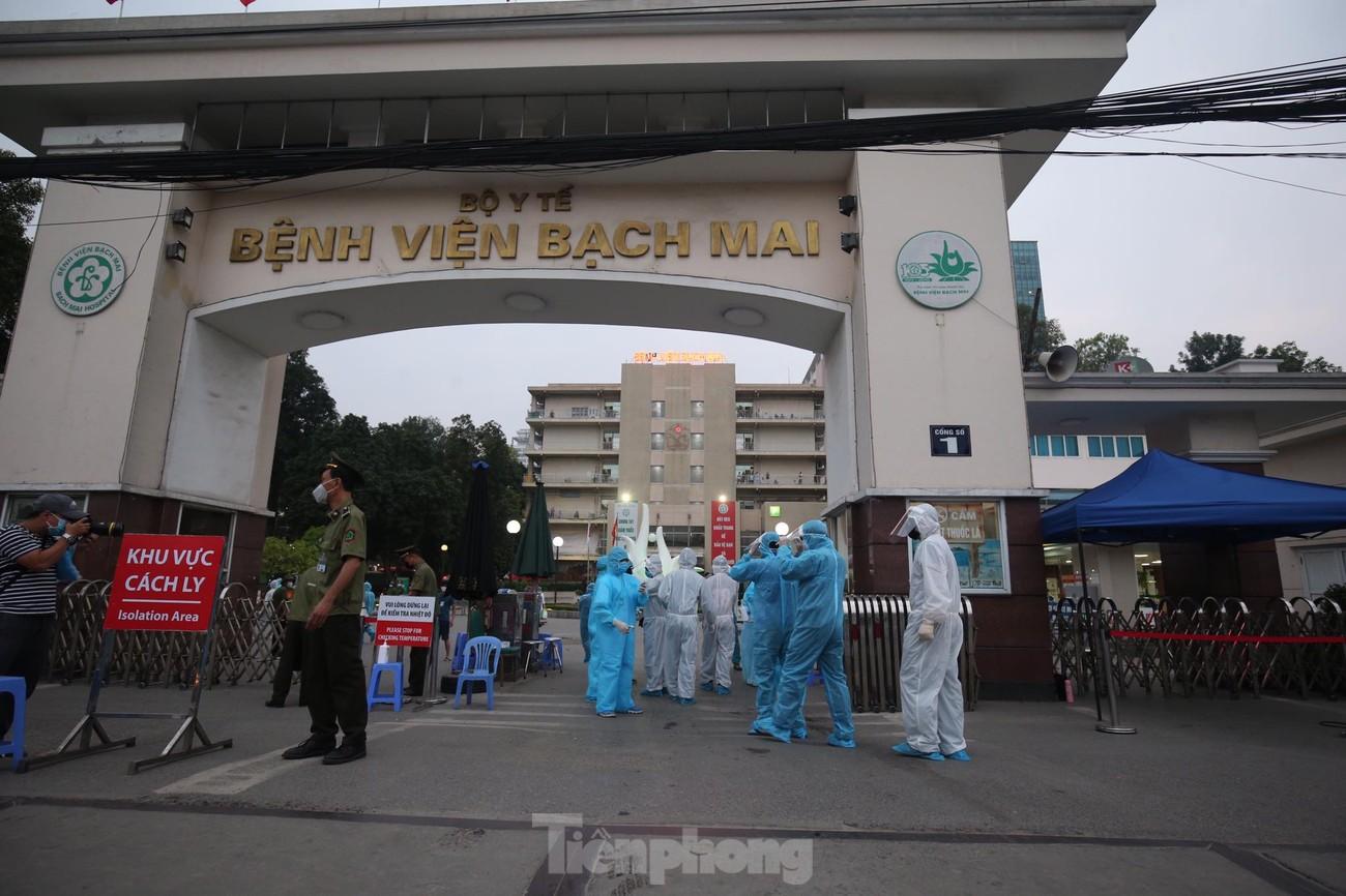 Binh chủng Hóa học huy động 10 phương tiện đặc chủng tẩy độc Bệnh viện Bạch Mai ảnh 11