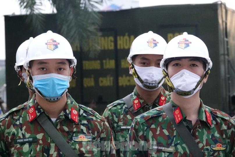Binh chủng Hóa học huy động 10 phương tiện đặc chủng tẩy độc Bệnh viện Bạch Mai ảnh 3