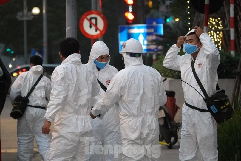 Binh chủng Hóa học huy động 10 phương tiện đặc chủng tẩy độc Bệnh viện Bạch Mai ảnh 7