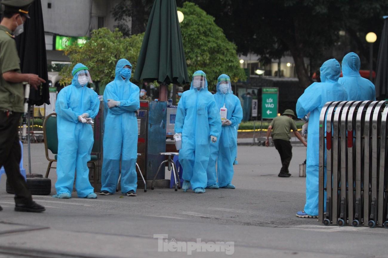 Binh chủng Hóa học huy động 10 phương tiện đặc chủng tẩy độc Bệnh viện Bạch Mai ảnh 12