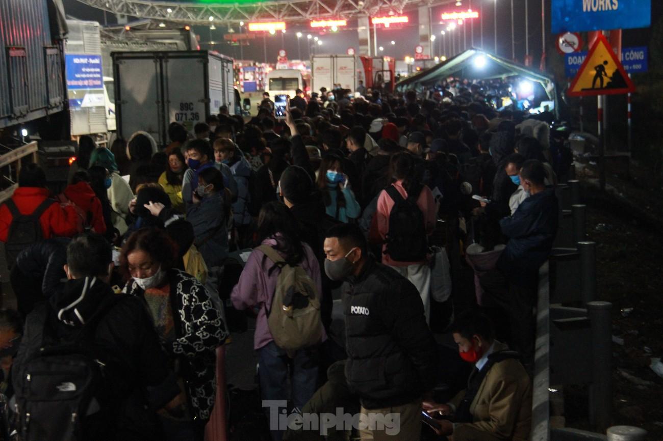 Dòng người và phương tiện xếp hàng dài đăng ký vào Quảng Ninh trong đêm ảnh 7