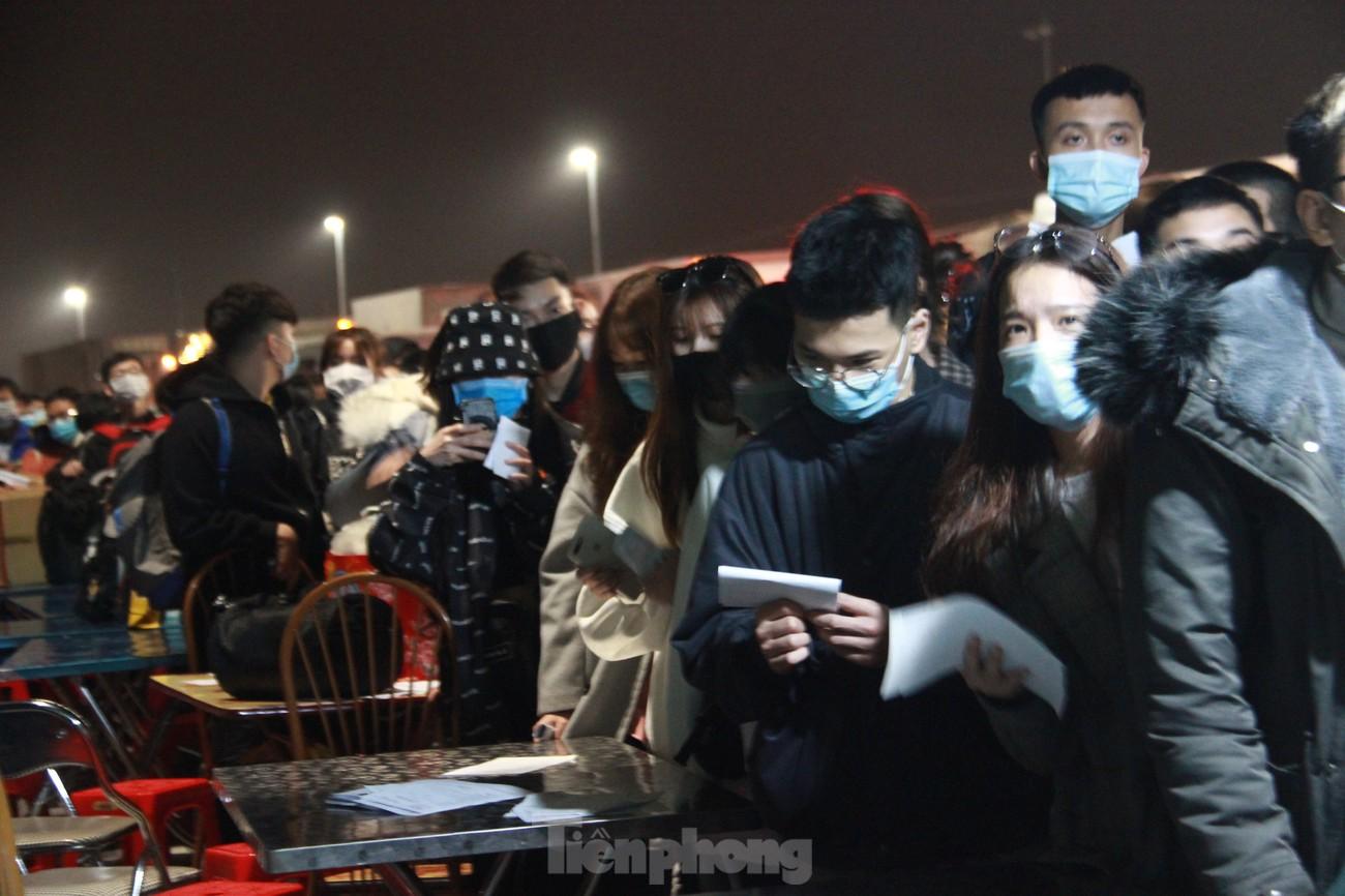 Dòng người và phương tiện xếp hàng dài đăng ký vào Quảng Ninh trong đêm ảnh 5