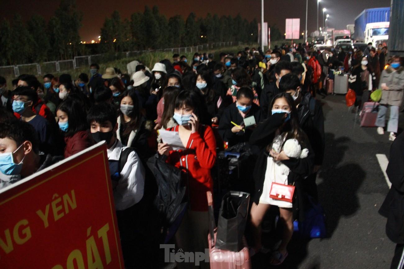 Dòng người và phương tiện xếp hàng dài đăng ký vào Quảng Ninh trong đêm ảnh 4