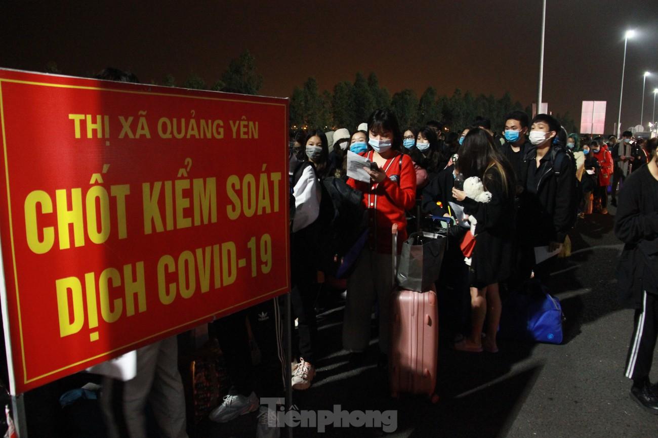Dòng người và phương tiện xếp hàng dài đăng ký vào Quảng Ninh trong đêm ảnh 2