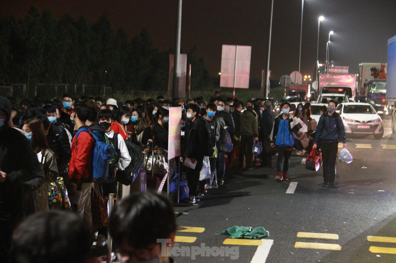 Dòng người và phương tiện xếp hàng dài đăng ký vào Quảng Ninh trong đêm ảnh 11