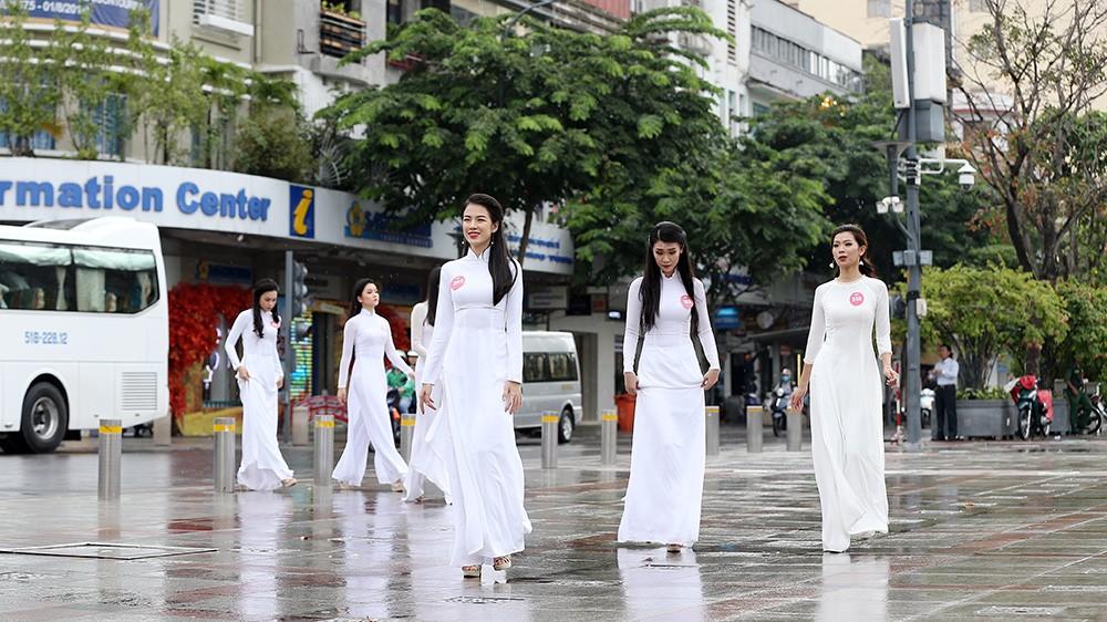Thí sinh Hoa hậu khiến du khách ngẩn ngơ trên phố đi bộ ảnh 1