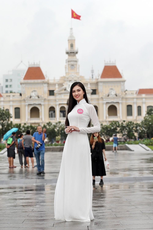 Thí sinh Hoa hậu khiến du khách ngẩn ngơ trên phố đi bộ ảnh 2