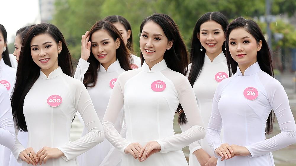 Thí sinh Hoa hậu khiến du khách ngẩn ngơ trên phố đi bộ ảnh 3