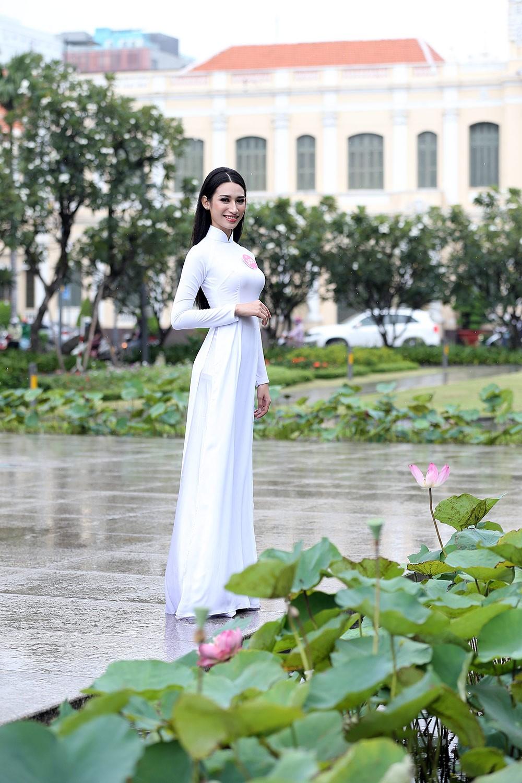 Thí sinh Hoa hậu khiến du khách ngẩn ngơ trên phố đi bộ ảnh 5