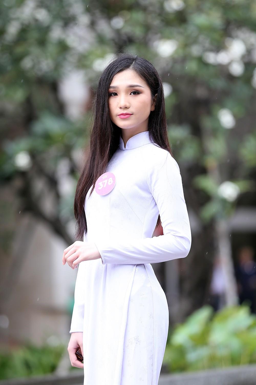 Thí sinh Hoa hậu khiến du khách ngẩn ngơ trên phố đi bộ ảnh 6
