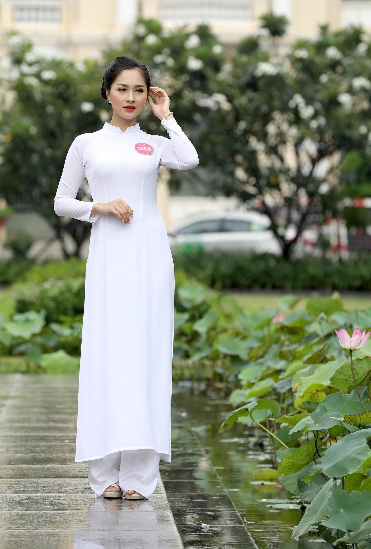 Thí sinh Hoa hậu khiến du khách ngẩn ngơ trên phố đi bộ ảnh 7