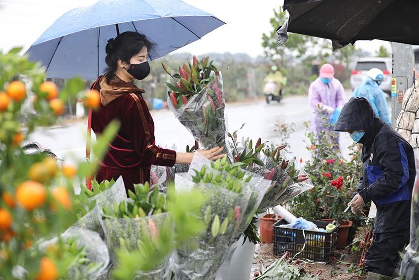 'Thủ phủ' hoa lớn nhất miền bắc tấp nập người mua bán ngày giáp Tết ảnh 3