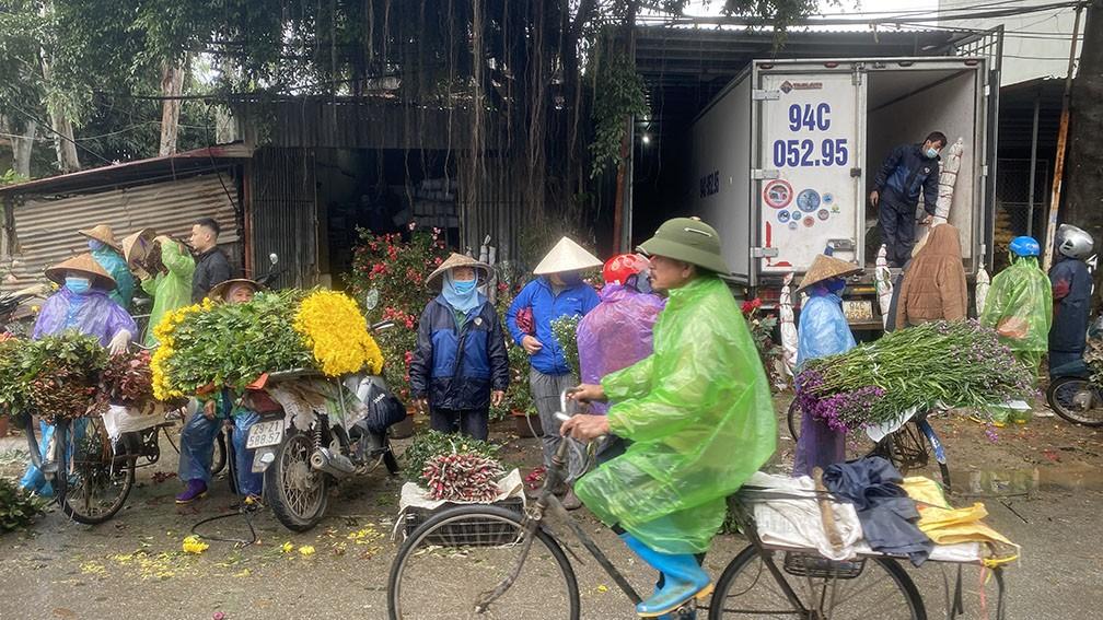 'Thủ phủ' hoa lớn nhất miền bắc tấp nập người mua bán ngày giáp Tết ảnh 6